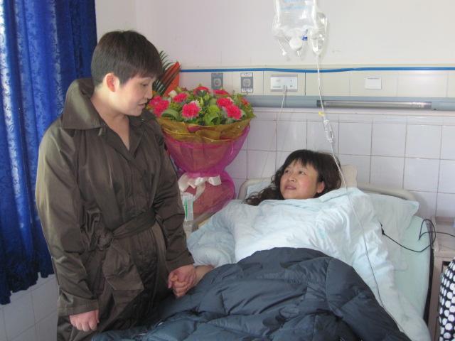 李晓平女士亲切看望住院的员工张先蓉